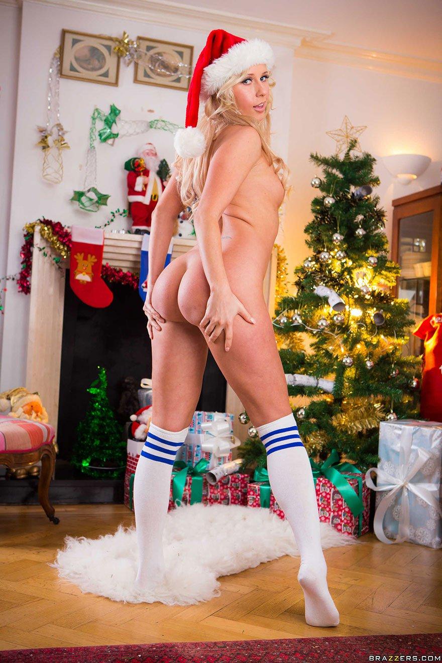 Новогодняя клубничка - голая модель со свелыми волосами под елочкой