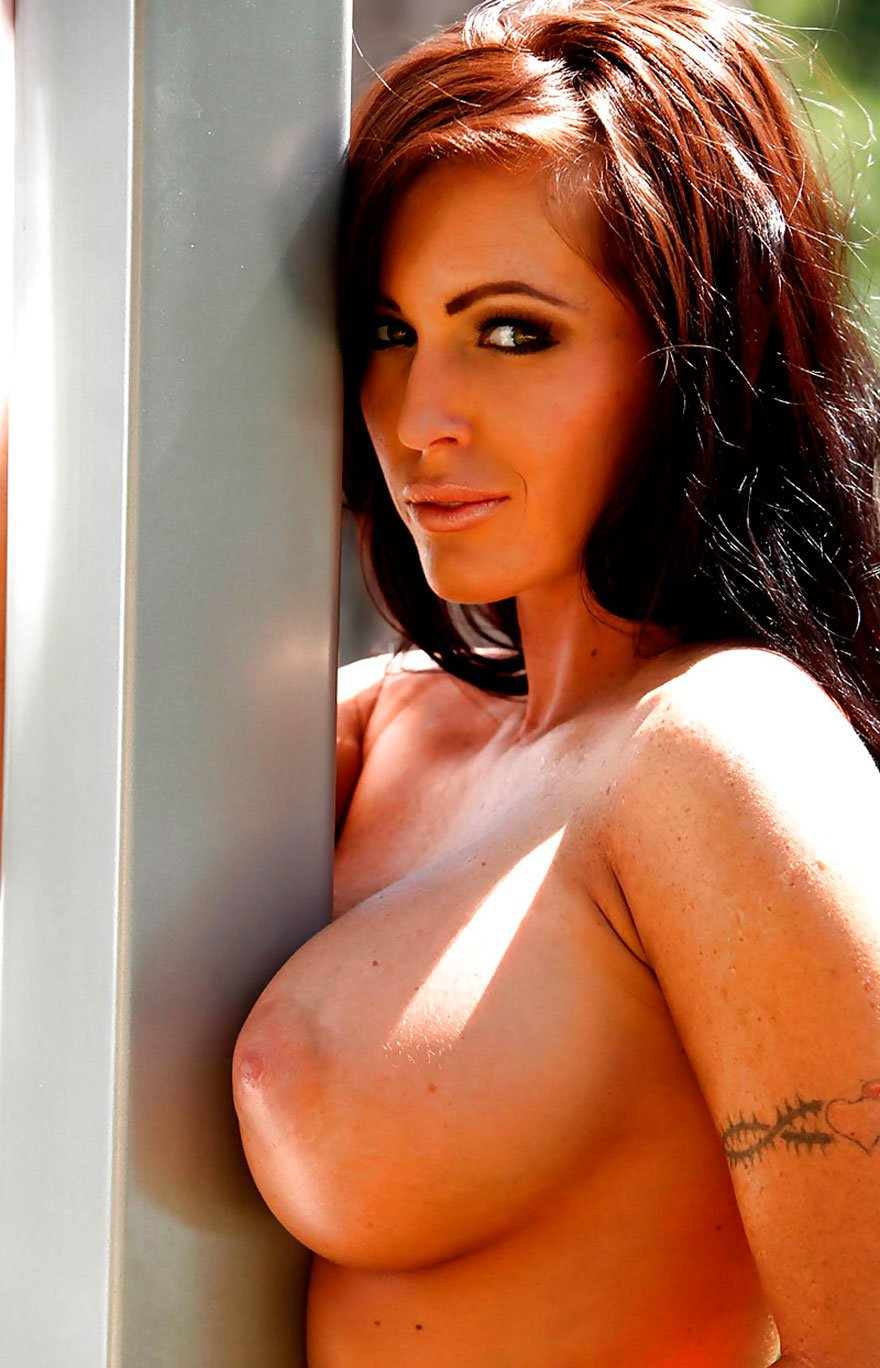 Милая порнушка загорелой шатенки с огромными дойками и тату секс фото