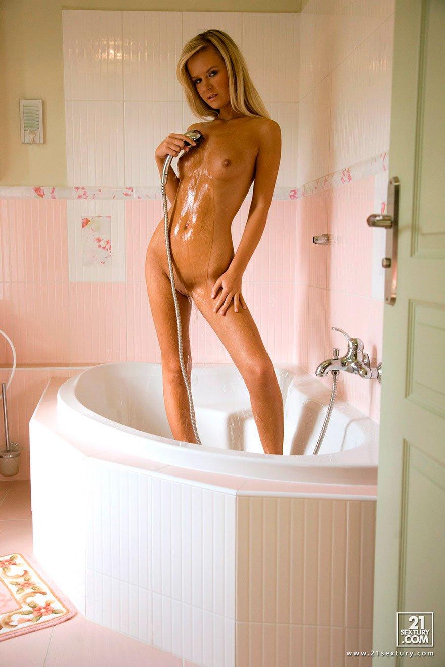 Обнаженка блондинки под струями душа - голое тело в ванной