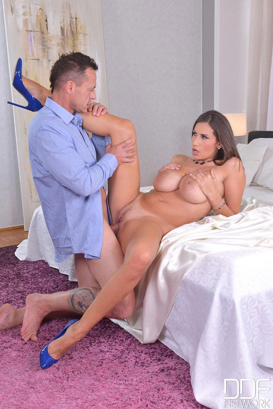 Фото хорошенькой мамочки с грудями в сперме