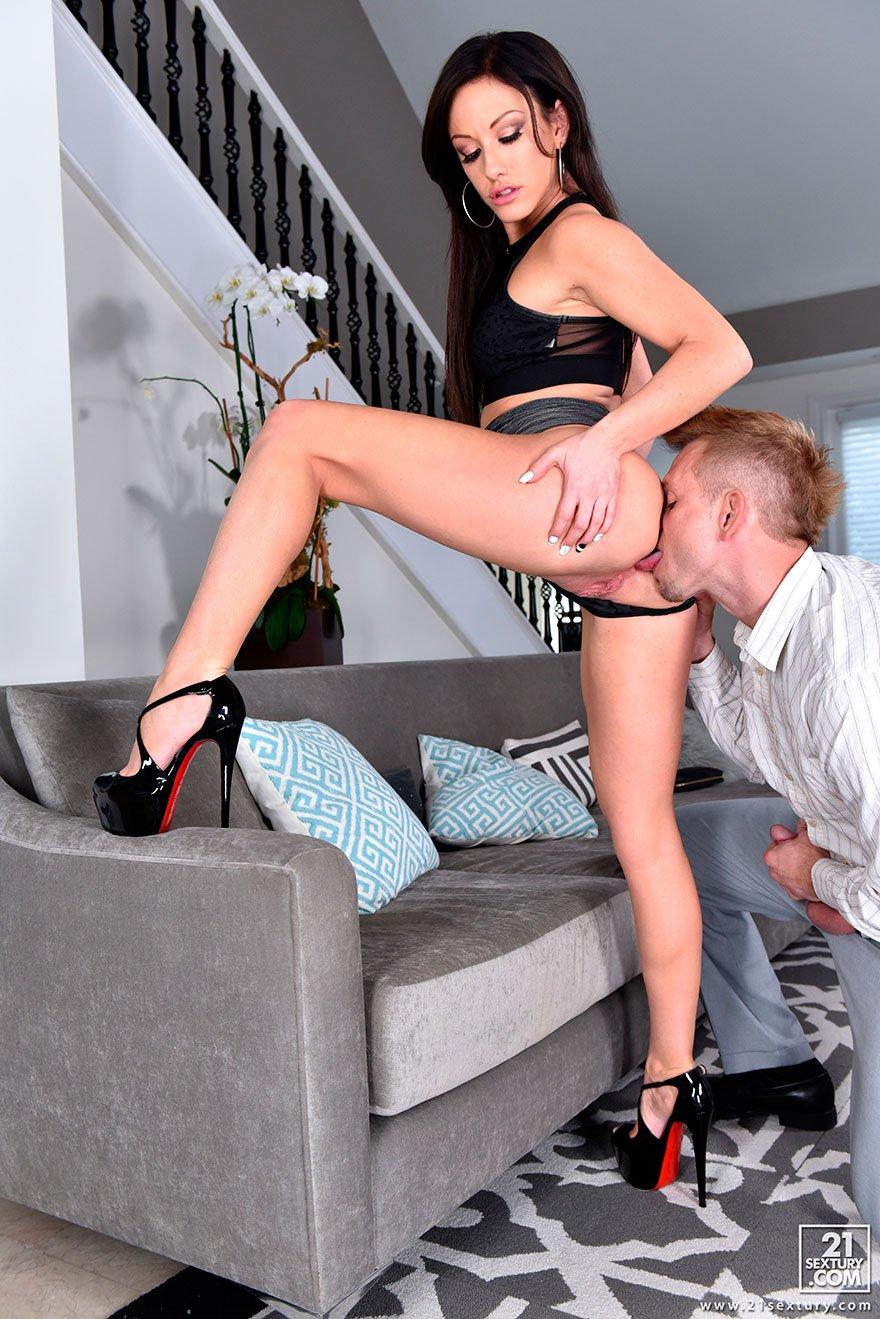 Секс с брюнетками в офисе в красивых туфлях на высоким коблуке 10 фотография
