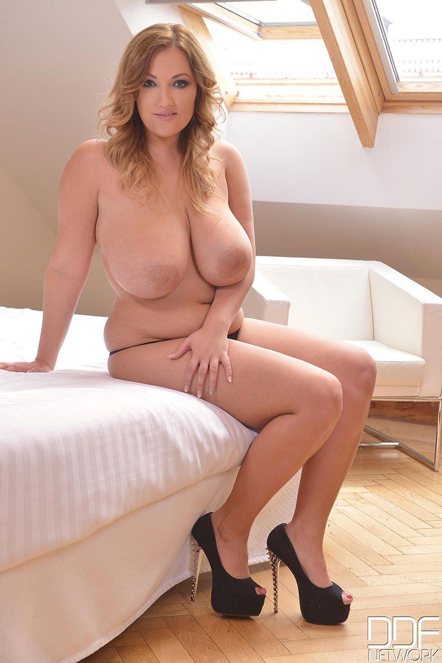 Шикарные дойки толстой блондинки
