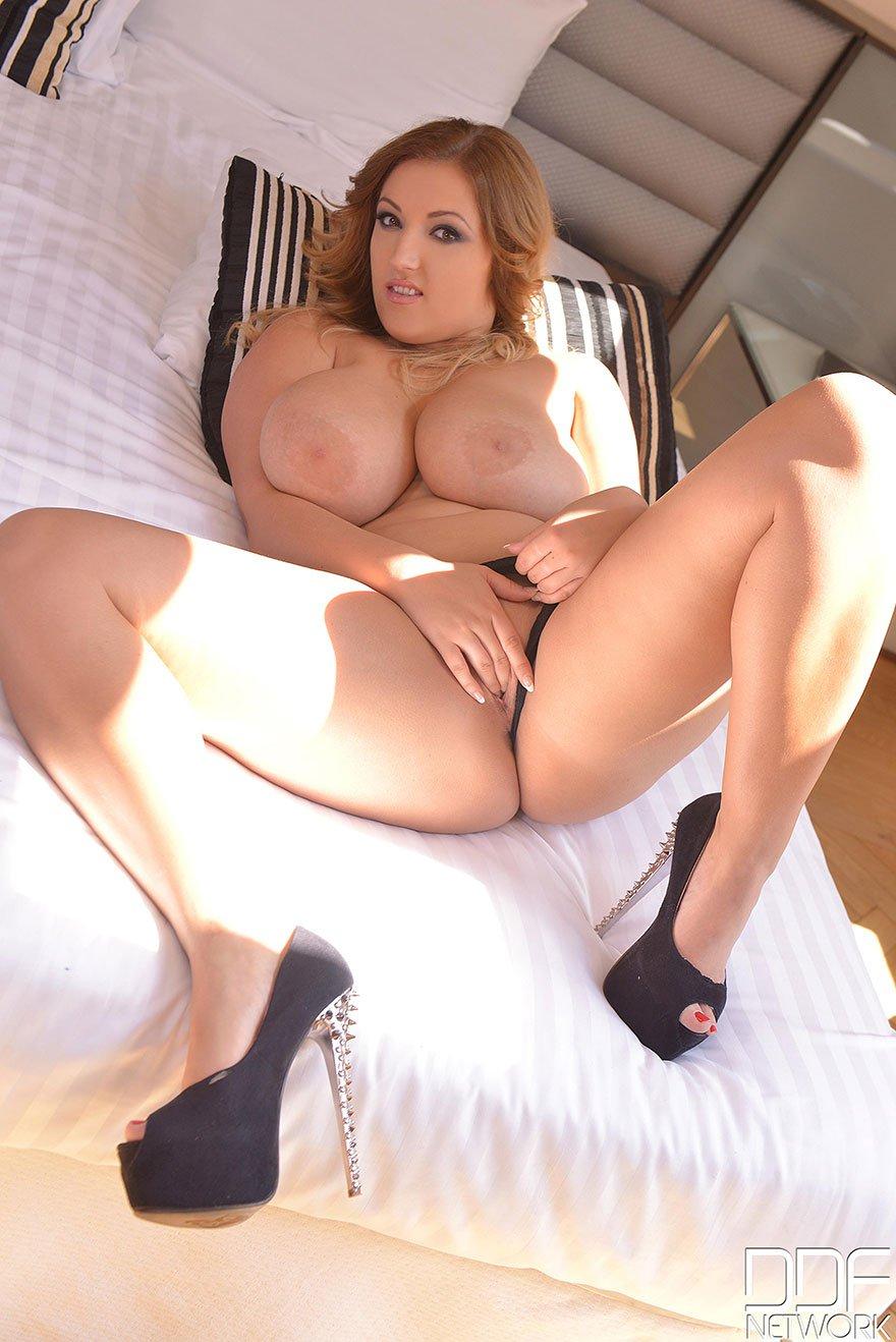 Суксуальные дойки крупной сучки со свелыми волосами