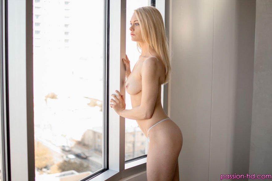 Спортивная блондинка снимает шортики