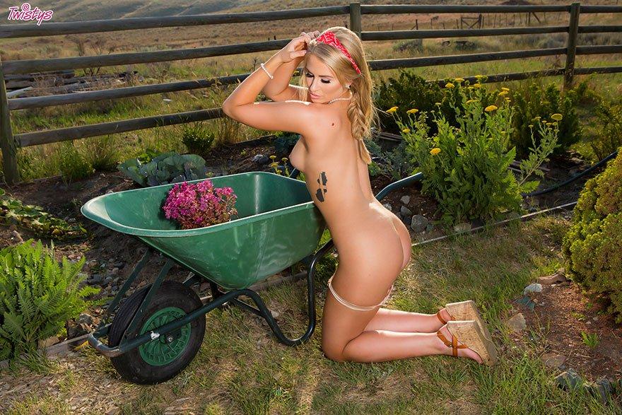 Крутая блонди сняла лифчик на огороде