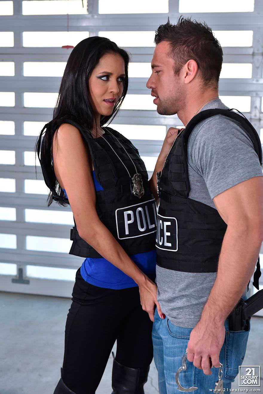 Порно ролик в полицейском участке с брюнеткой