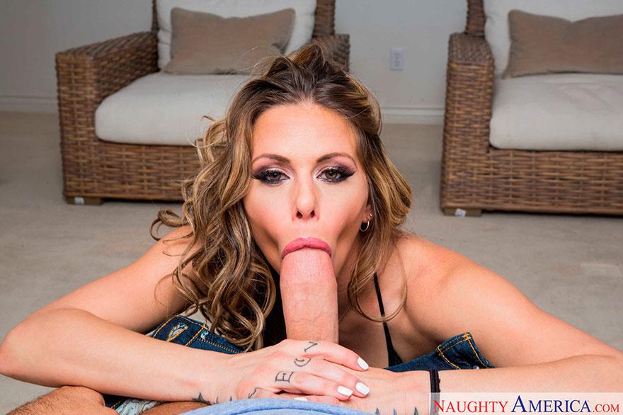 Шикарная порно-модель сосет толстый член