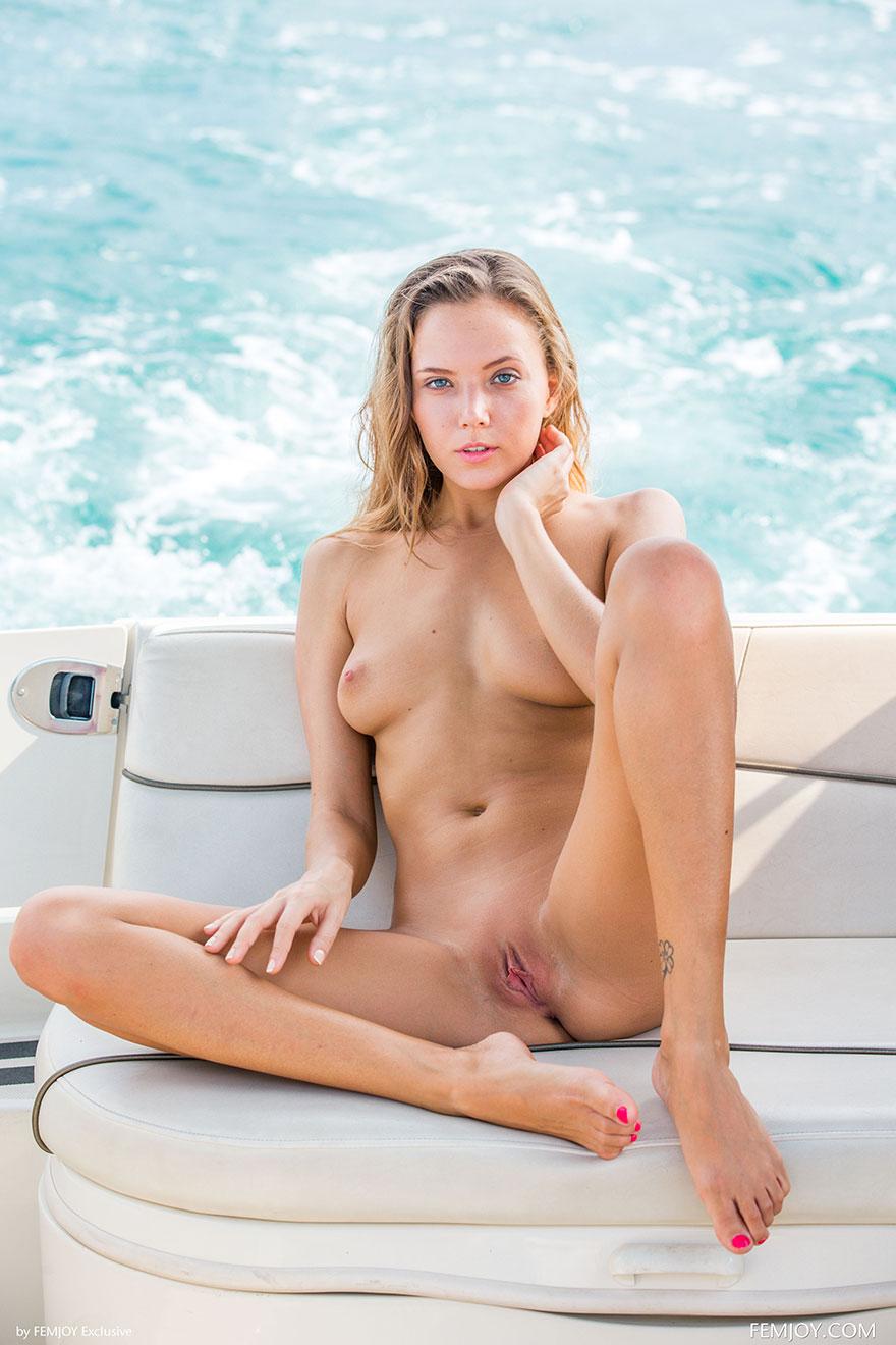 Фотки эротики девки в полосатом купальнике на яхте