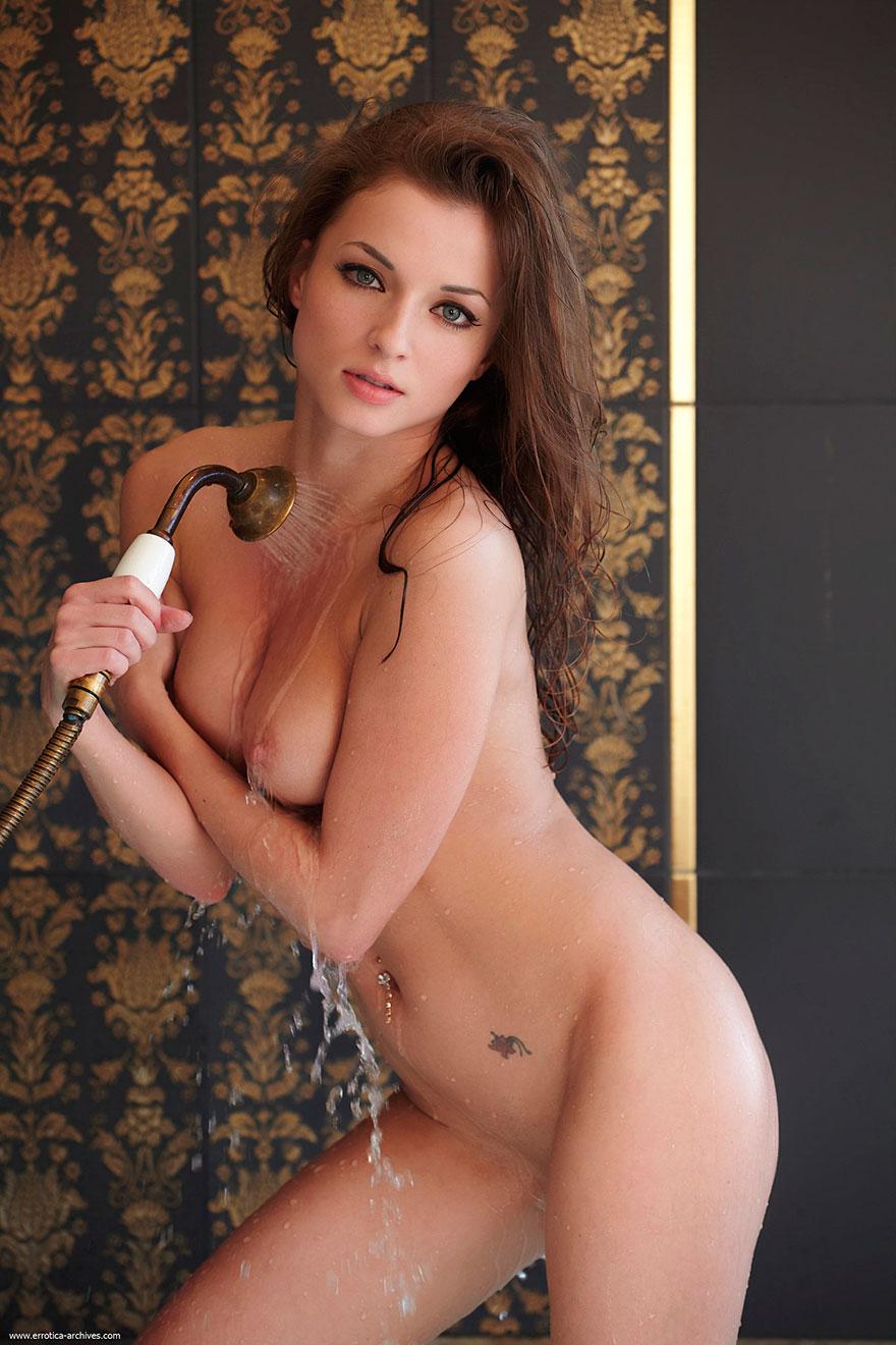 Привлекательная эротика в джакузи - сучка с голубыми глазами секс фото