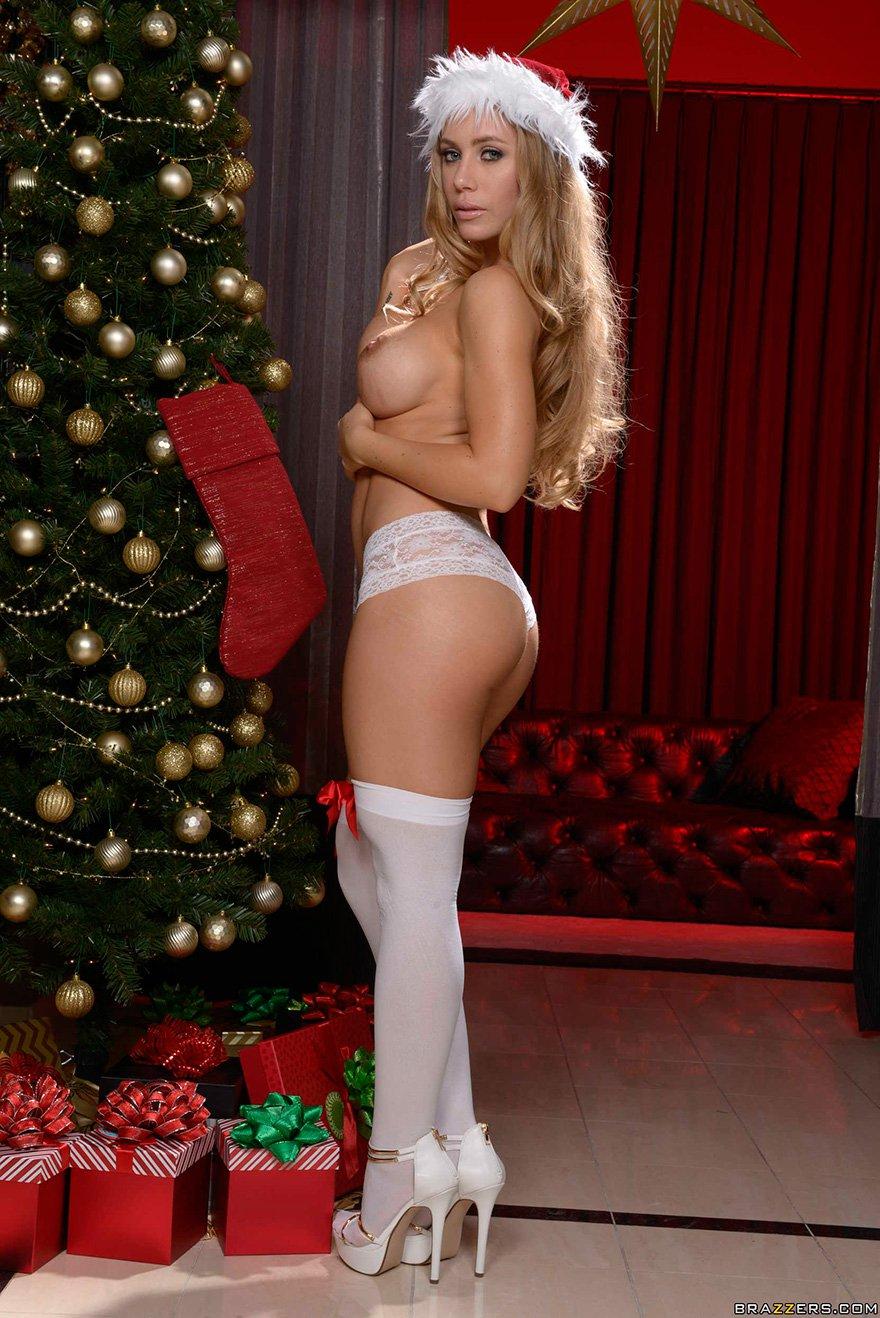Похотливая блондинка в светлых чулочках красуется под новогодней елочкой