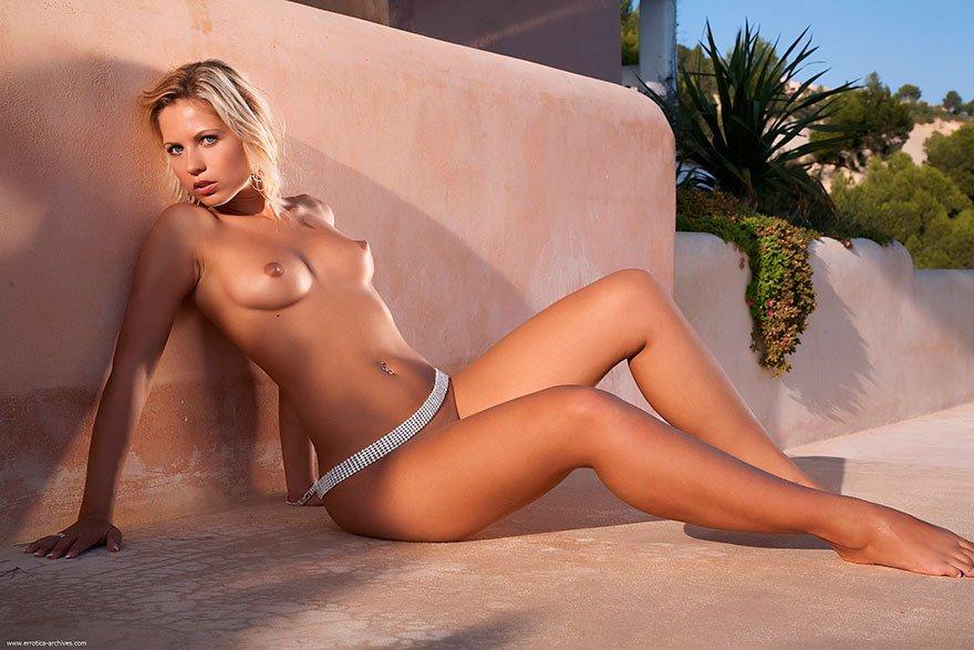 Красивая эротика загорелой блондинки с голубыми глазами