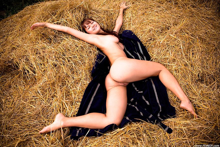 Откровенные фото грудастой брюнетки на сеновале