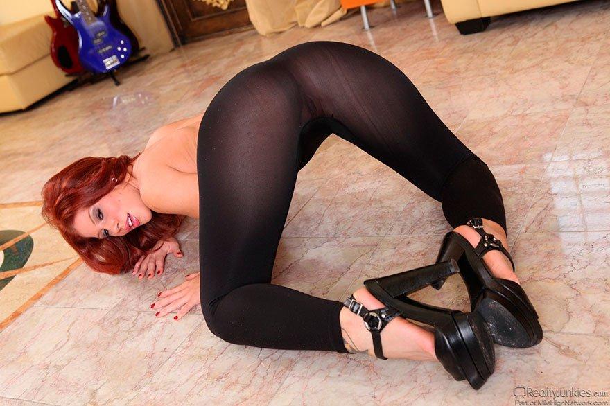 Сексуальная рыжая модель с большой попой