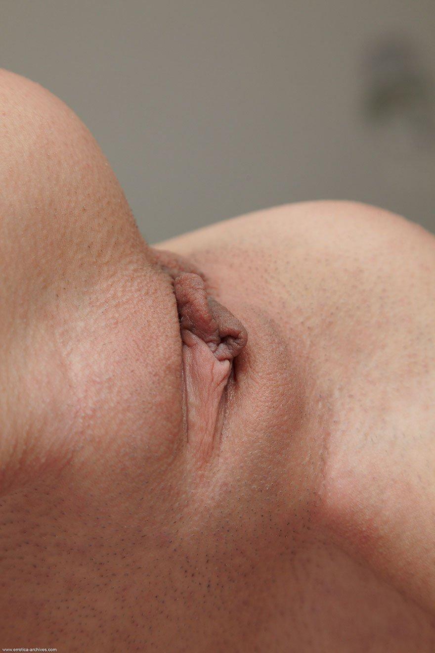 18-летняя брюнеточка показала киску на камеру