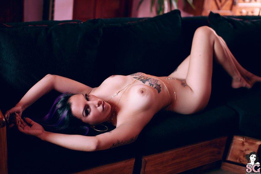 Легкая обнаженка девки с татуировками