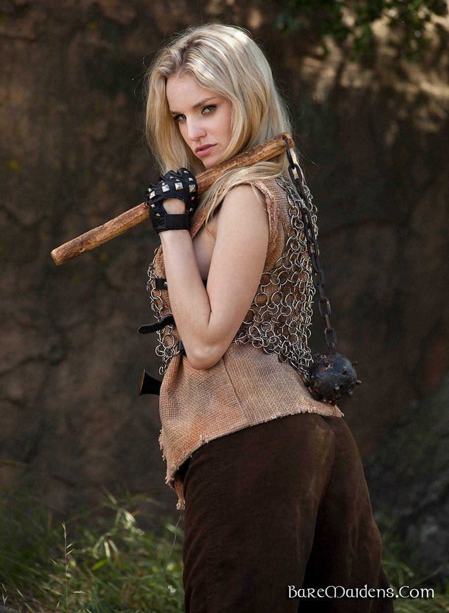 Женщина-воин - красивая блондинка с зелеными глазами