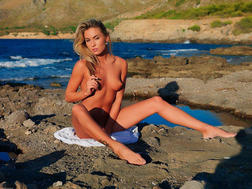 Красивая эротика загорелой блондинки на море