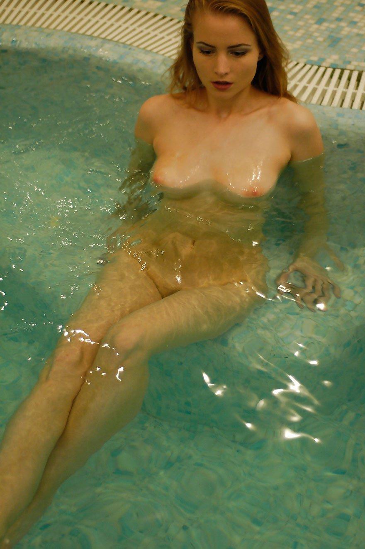 Легкая эротика блондинки в большой ванне
