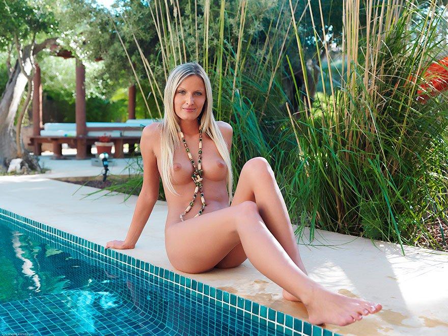 Красивая эротика блондинки с голубыми глазами в бассейне