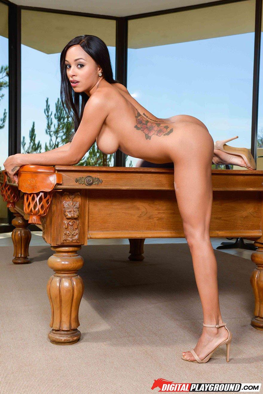Сексуальная брюнетка с классными сиськами на бильярдном столе