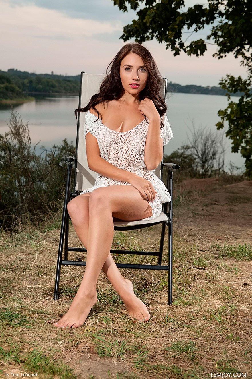 эротика девушки одеты в платья на голое тело