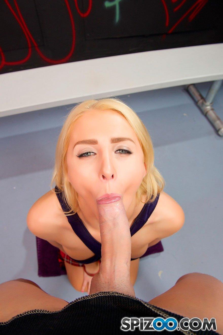 Блондинка с голубыми глазами делает минет