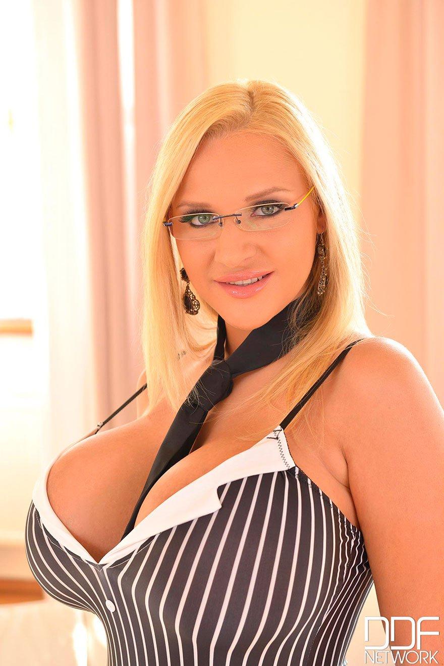 Блондинка в очках секс