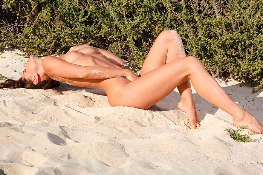 Чувственная эротика знаменитой модели - обнаженная девушка на белом песке