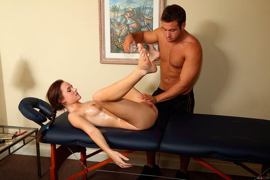порно массаж с молодой блондинкой