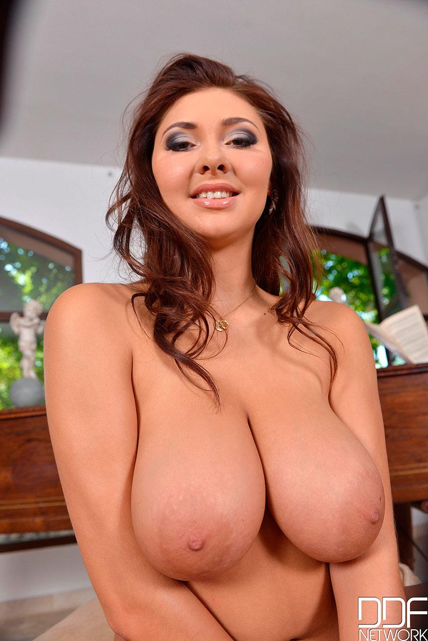 Эротические фото голенькой брюнетки с роскошным бюстом смотреть эротику