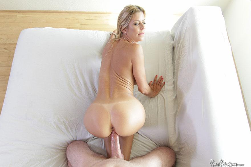 Изящные фотках порева опытной блондинки с силиконовыми буферами