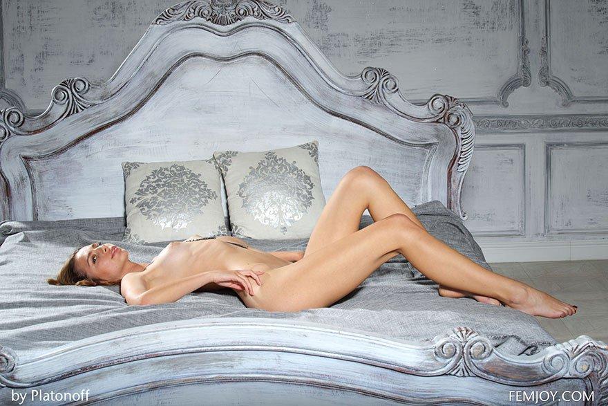 Роскошная обнаженка ухоженной блондинки с прекрасными ногами