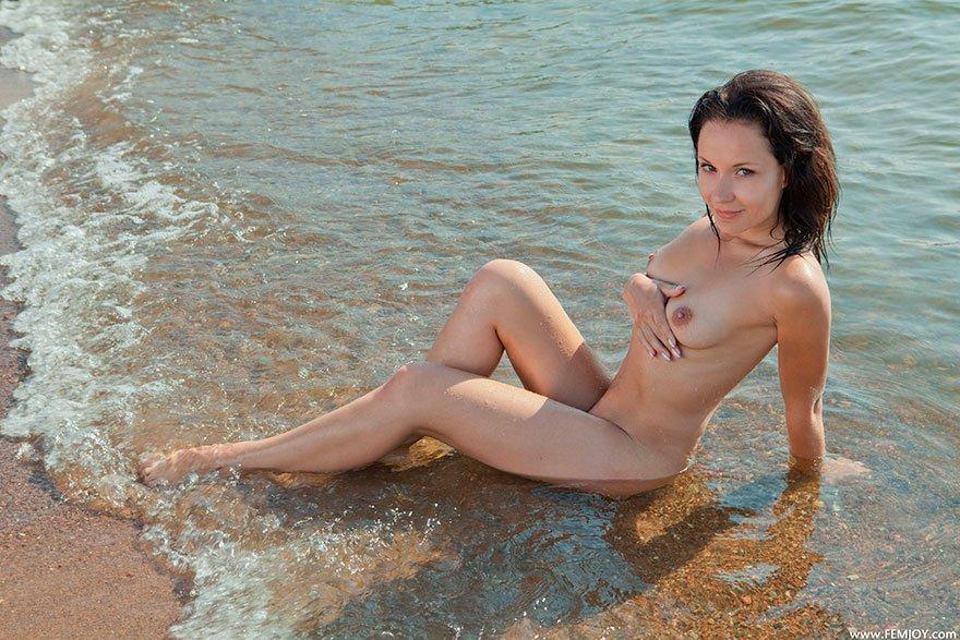 Эротические фото Юной шатенки в морской воде