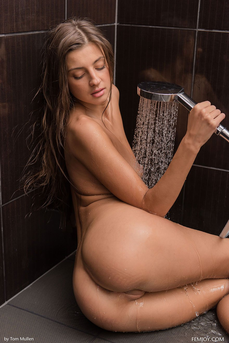 Эротика брюнеточки с прекрасными волосами в душе