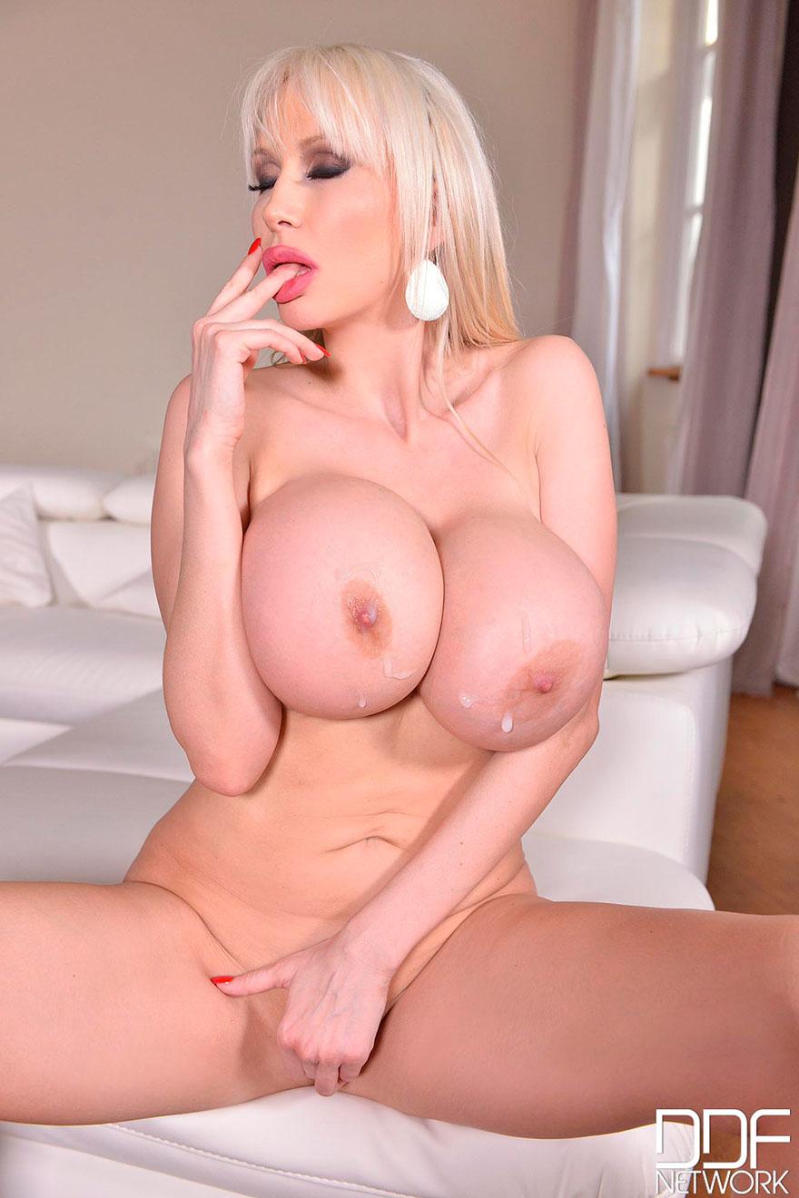 Секс фото блондинки с огромными буферами