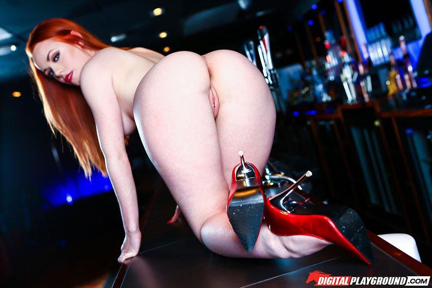 Красивая эротика рыжей модели в красных туфлях