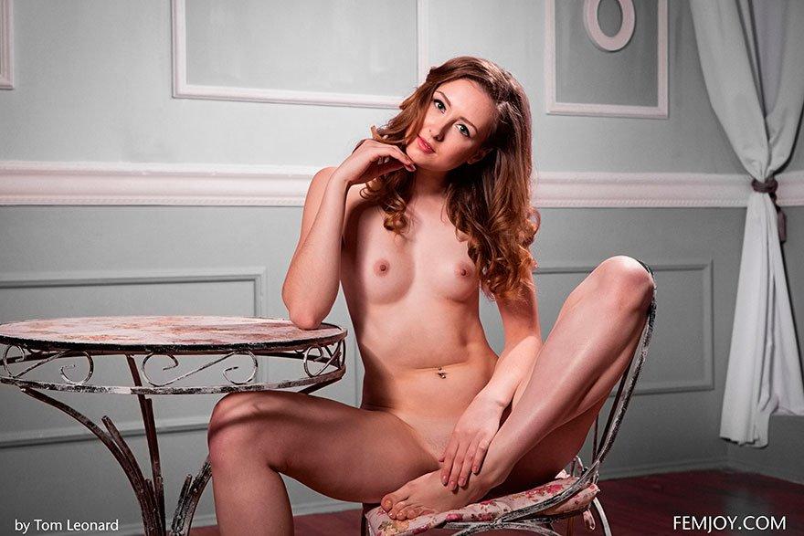 Эротические изображения обнаженной брюнеточки на маленьком столе