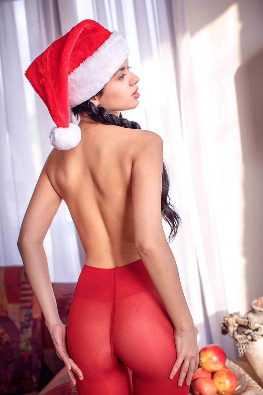Новогодняя эротика красивой брюнетки в красных колготках