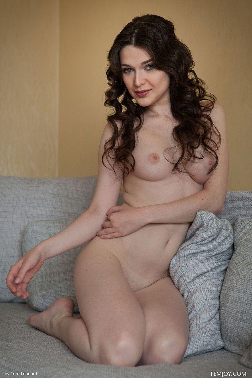 Чувственная клубничка брюнетки с волнистыми волосами секс фото