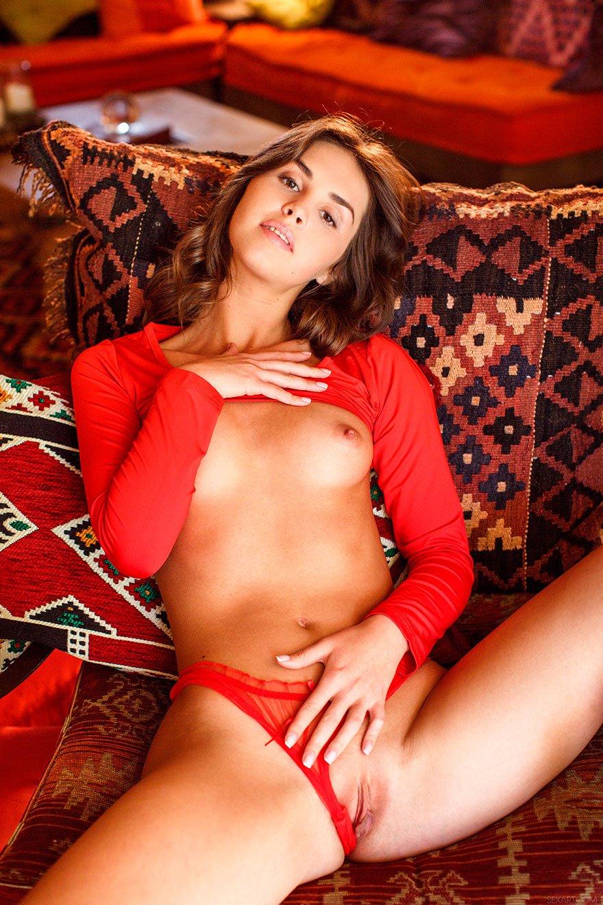 Крутая брюнетка в прозрачных красных бикини