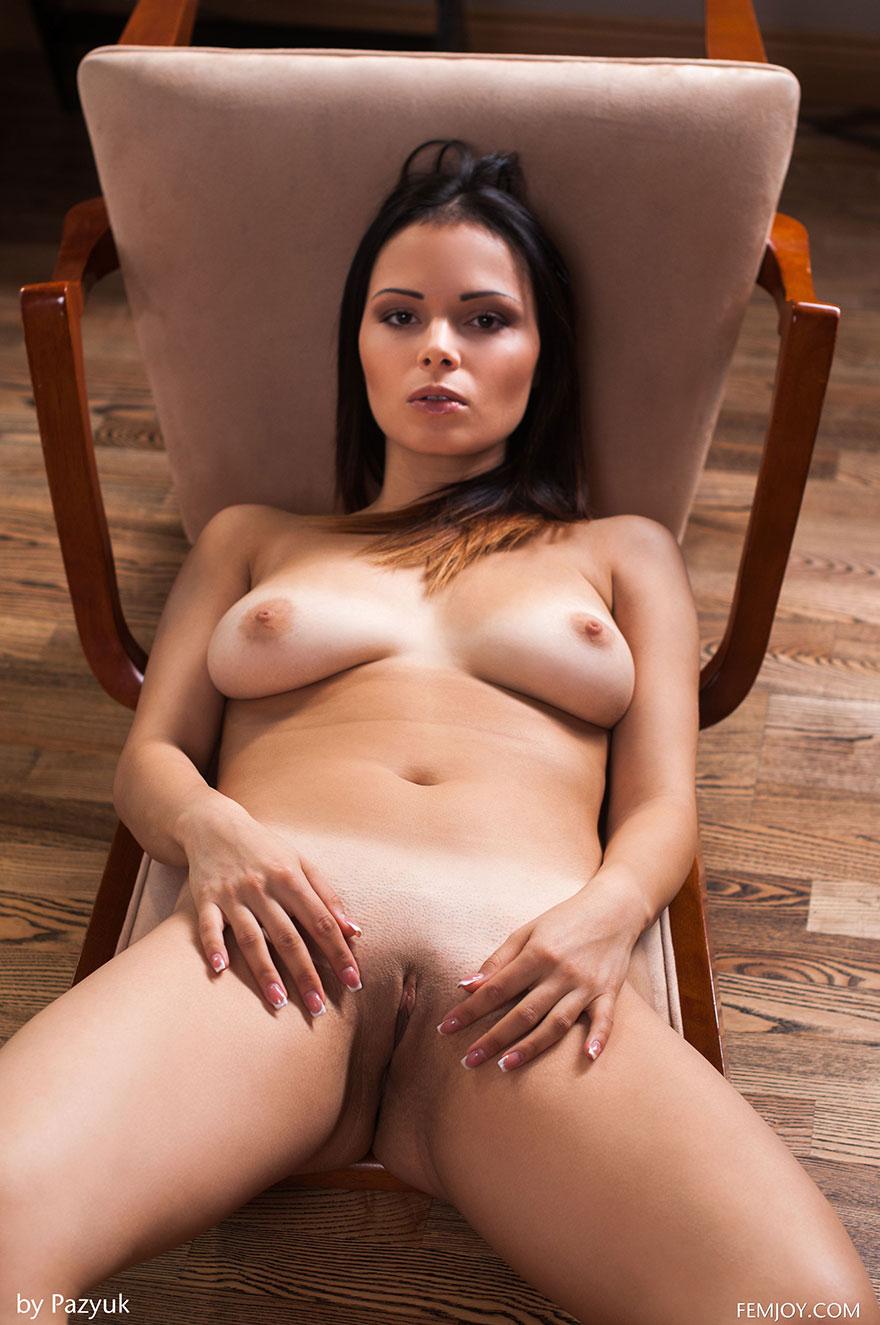 Эротика красивой брюнетки на стуле