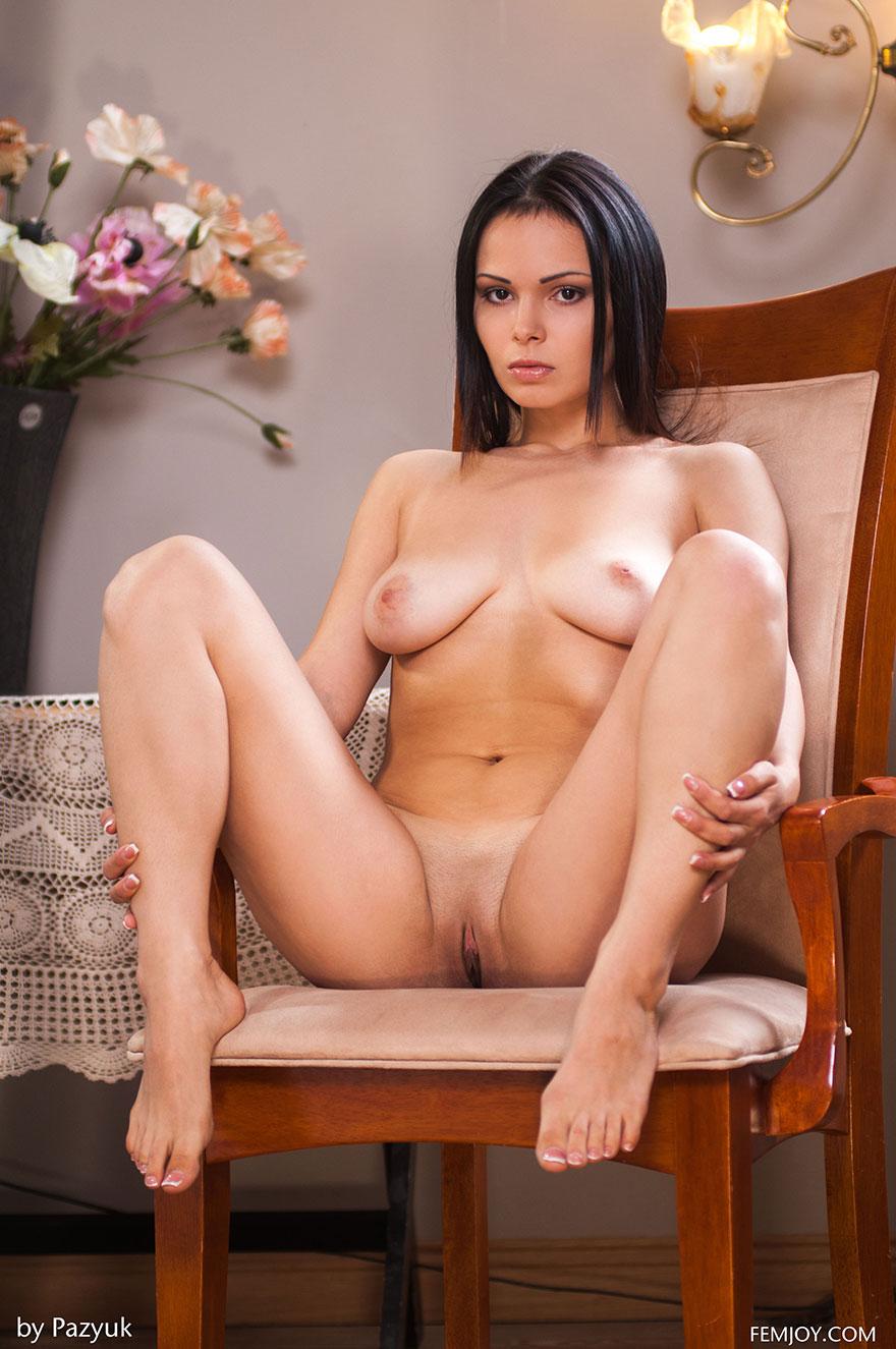 Эротика сидит на стуле фото135