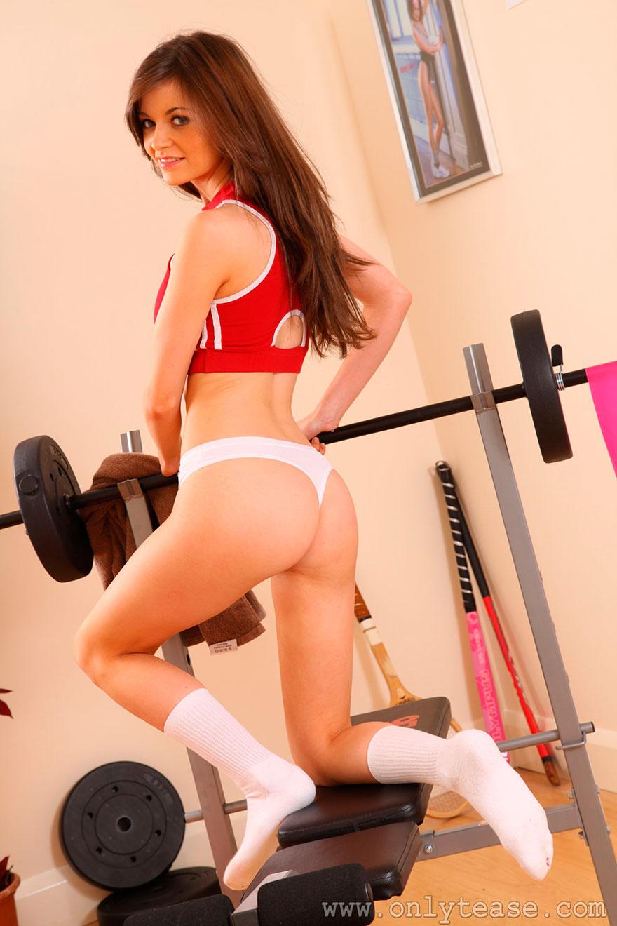 Легкая эротика девки с голыми сиськами в спортзале секс фото
