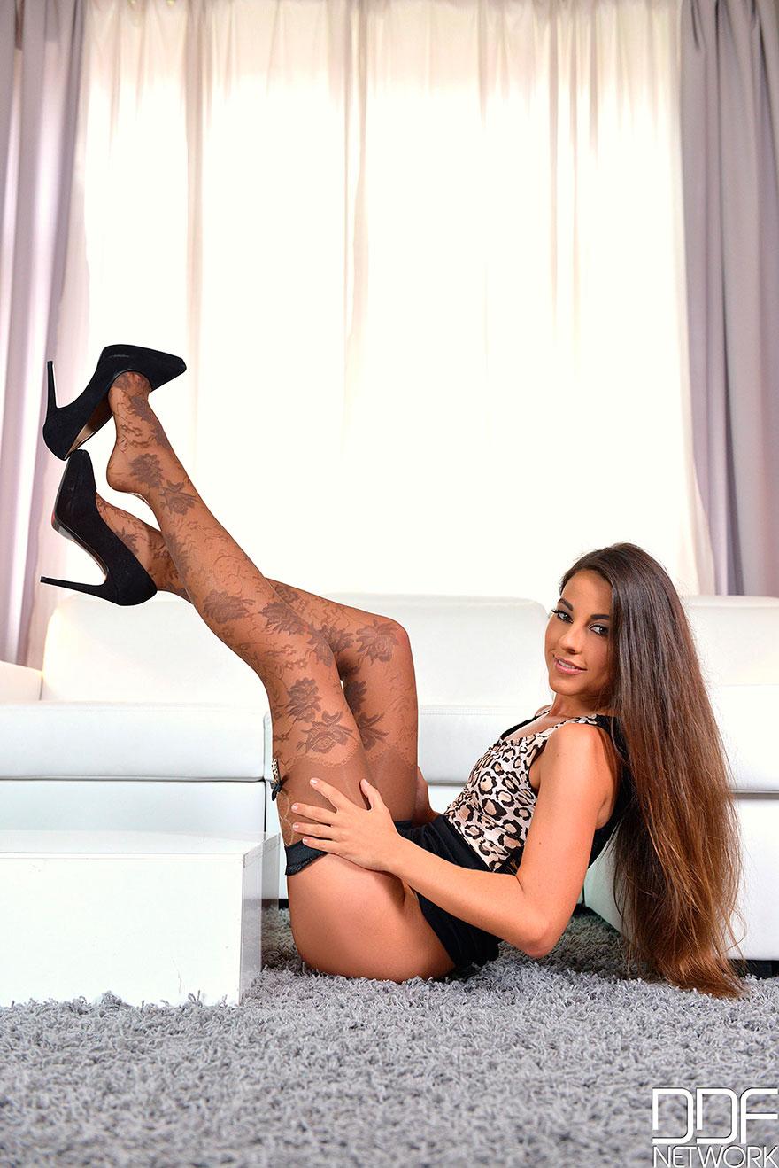 Фотографии девушек с красивыми ногами в чулках