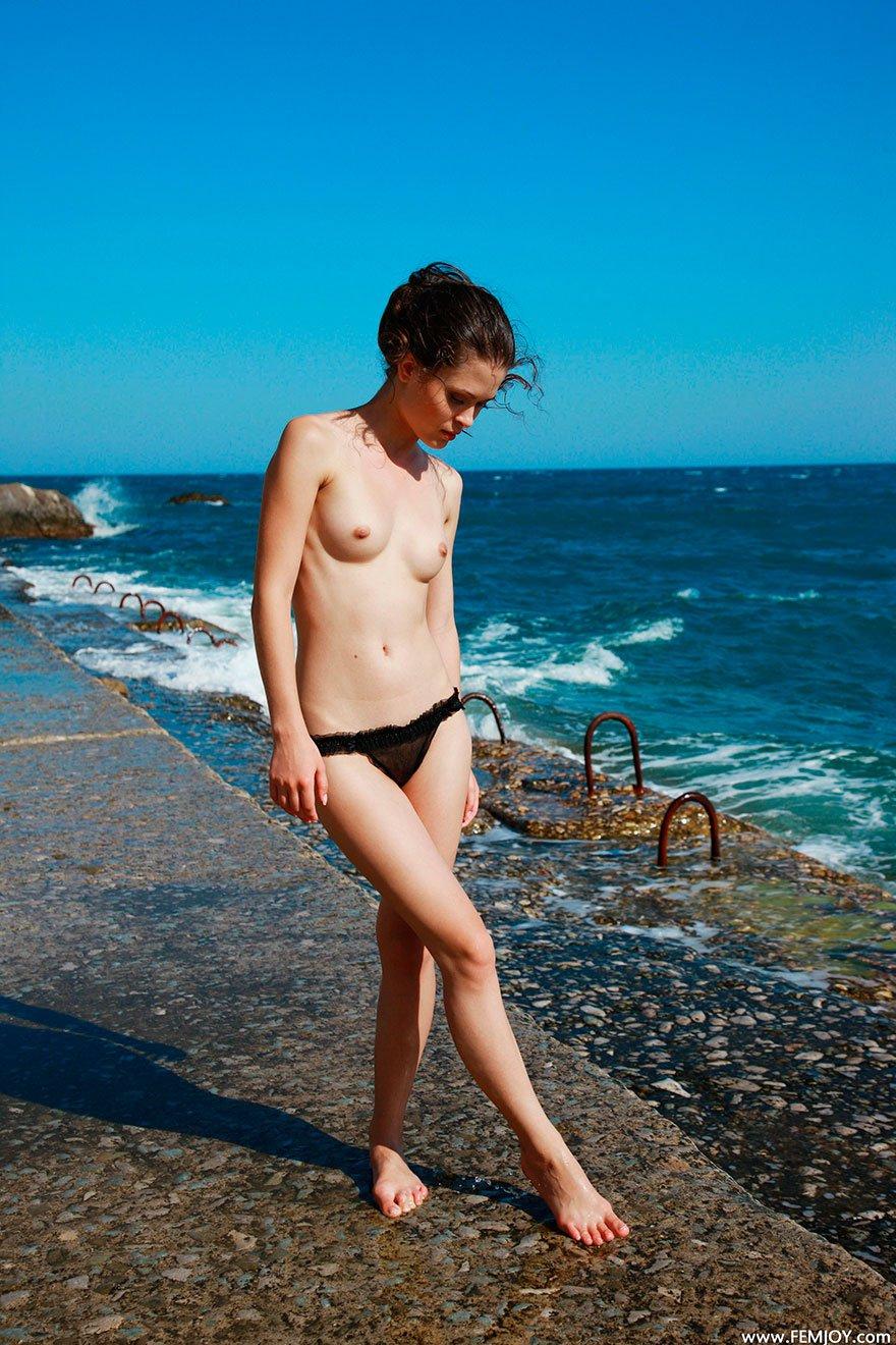 Фото девушки в прозрачных черных трусиках на море