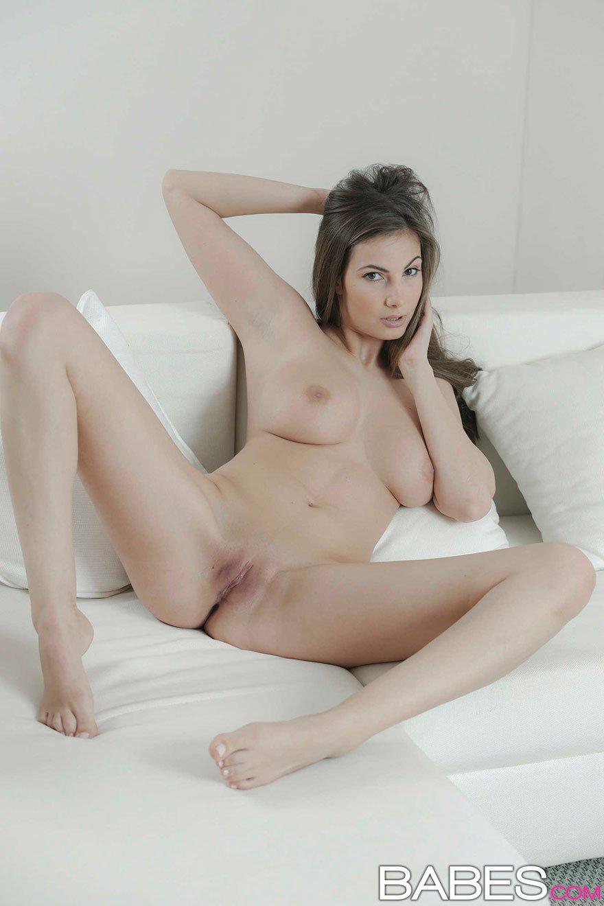 Нежная эротика молодой девушки с красивой грудью