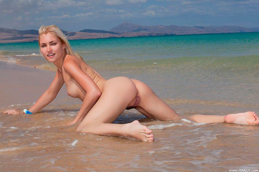 Соблазнительная блондинка с волосатой киской в воде