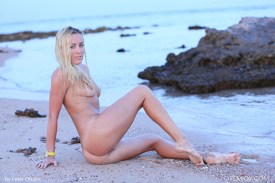Загорелая блондинка на море - красивая эротика