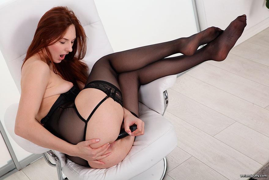 Рыженькая мадам в носках мастурбирует с самотыком