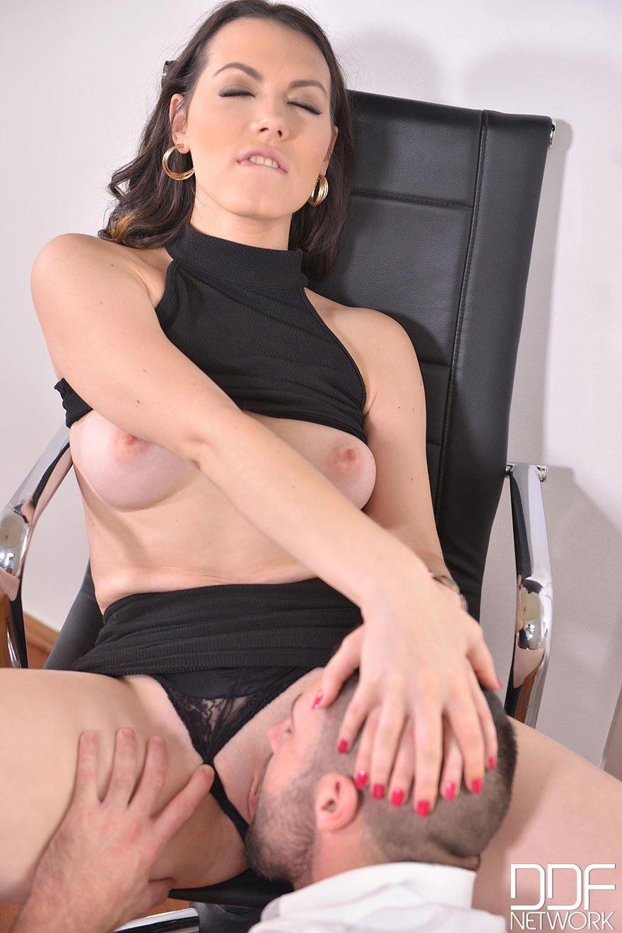 Сексуальная брюнетка занимается сексом в офисе